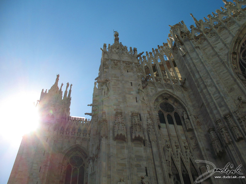 Picture of the cathedral of Milan with the sun