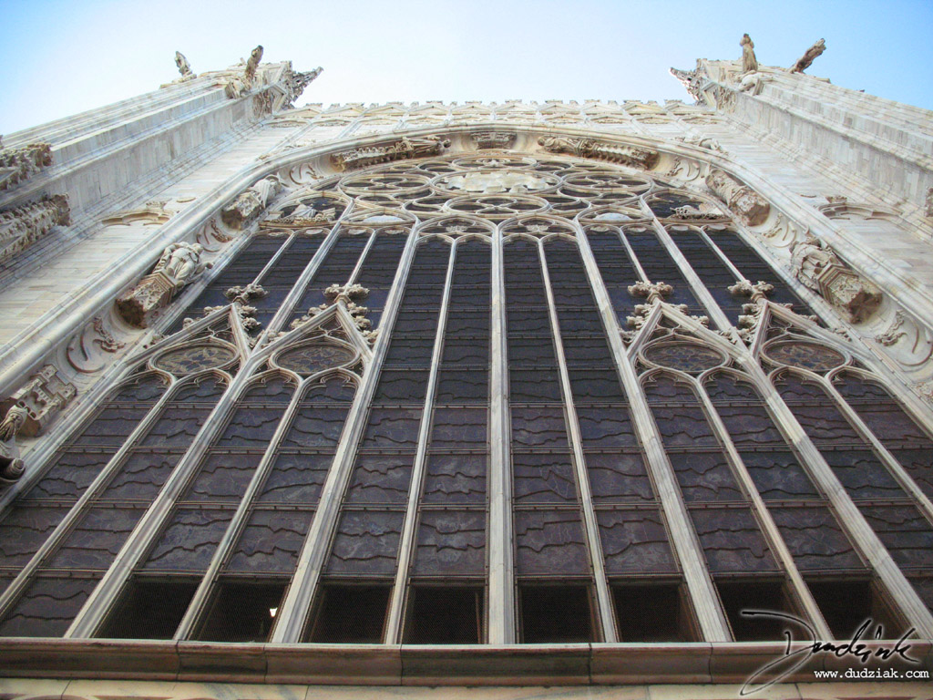 Picture of the exterior of the central rose window in the Cathedral of Milan