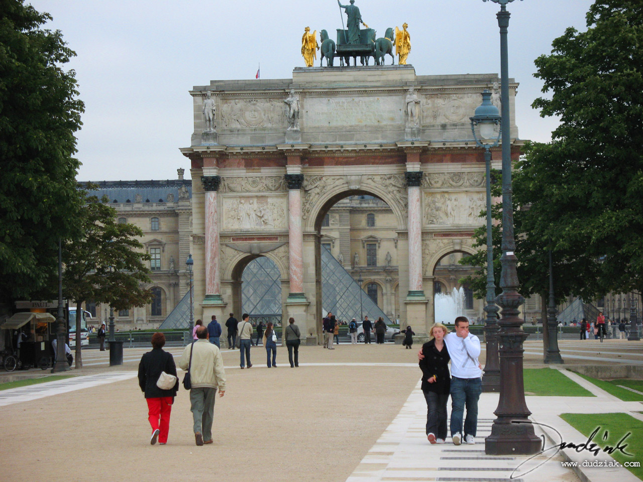 Picture of the Arc de Triomphe du Carrousel in front of the Louvre in Paris, France