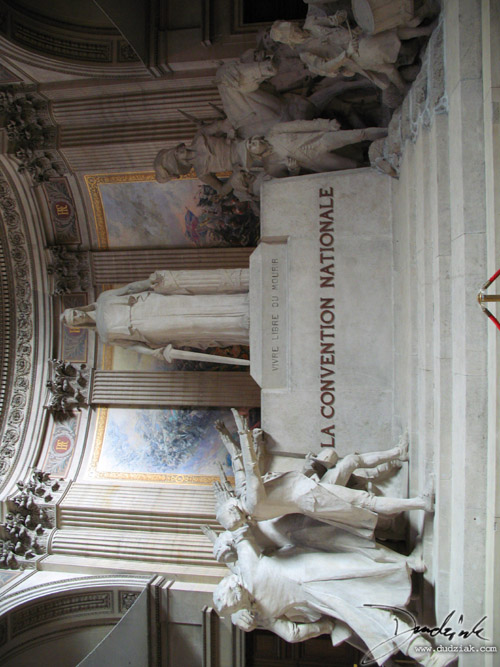 "Motto, ""Vivre Libre ou Mourir"" (""Live free or die""), carved on a monument within the Paris Pantheon."